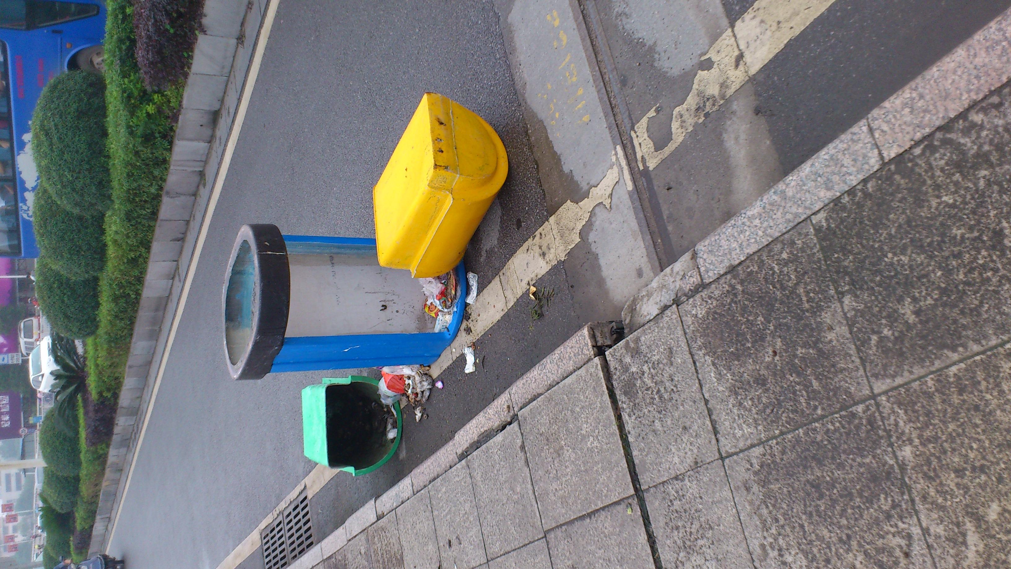 垃圾桶惹你了呀?穿山桥上